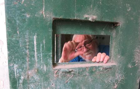 https://www.agenciapacourondo.com.ar/sites/www.agenciapacourondo.com.ar/files/uploads/victorio_paulon_y_otros_siete_ex_presos_visitaron_coronda_el_28_de_octubre_del_2019_hablando_con_las_manos_por_una_ventanita_de_una_vieja_celda_como_en_los_anos_de_detencion.jpg