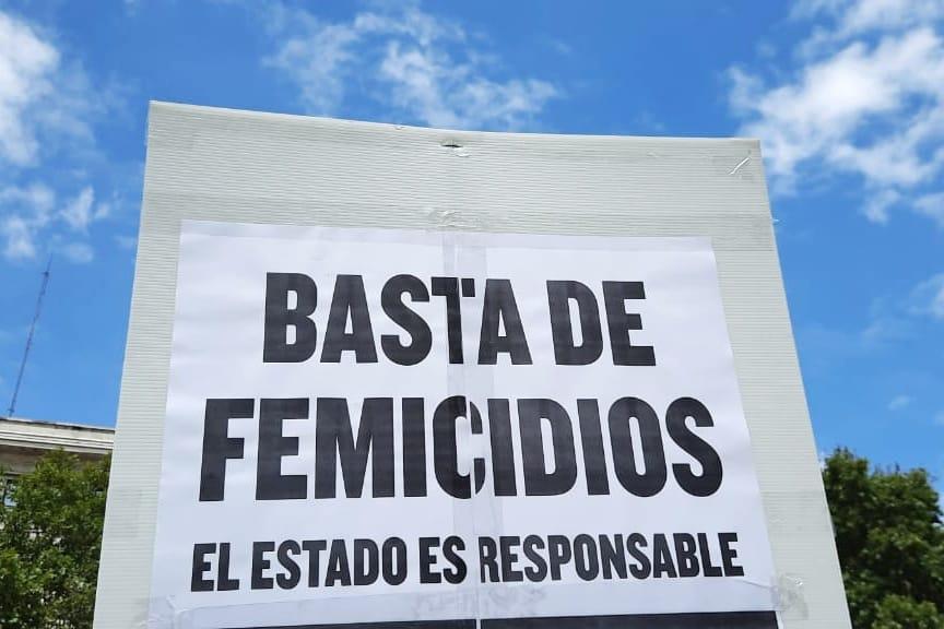 """Cartel """"Basta de Femicidios - El Estado es responsable"""""""